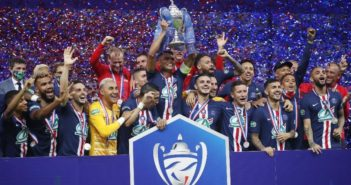 O capitão Thiago Silva levanta o troféu da Copa da França conquistada pelo PSG