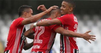 São Paulo vence Guarani. Everton comemora gol marcado pelo São Paulo contra o Guarani.