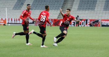 Athletico-PR vence o Goiás em casa e se mantém 100% no Brasileirão