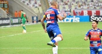 Com dois de Wellington Paulista, Fortaleza vence RB Bragantino no Castelão