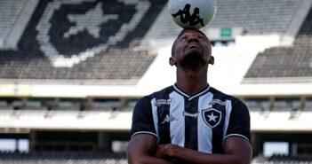 Kalou é apresentado no Botafogo e destaca que ainda pode ser útil