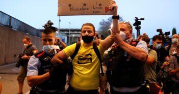 Torcida do Barça invade Camp Nou em protesto e pede permanência de Messi