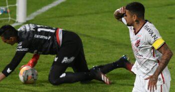Athletico-PR vira nos acréscimos e vence Jorge Wilstermann no retorno da Libertadores