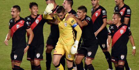 Com gol de goleiro, Atlético-GO vence o Bahia e ofusca estreia de Mano Menezes