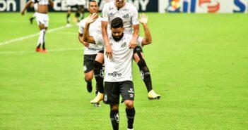 João Paulo salva, Felipe Jonatan marca e Santos vence o Ceará