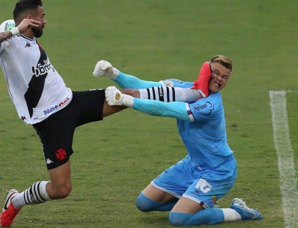 Veja como ficou o rosto do goleiro Bahia Douglas após ser atingido por Leandro Castán